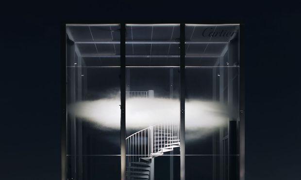 """""""Le nuage parfumé"""", die parfümierte Wolke, schwebt in Cartiers """"Object sentant non dentifié"""" vor dem Pariser Palais de Tokyo."""
