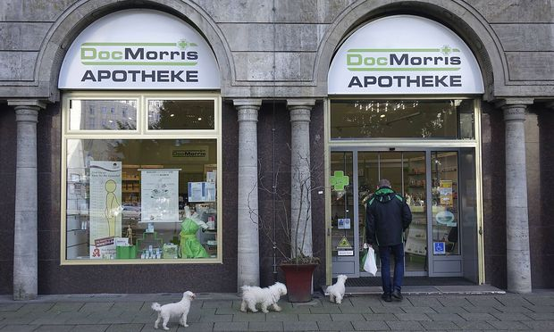 04 03 2017 Mitte Strausberger Platz Berlin Kunde mit Hunden vor einer DocMorris Apotheke Apoth