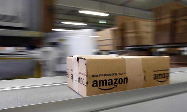 Ein Paket im Amazon-Logistikzentrum in Graben, Deutschland