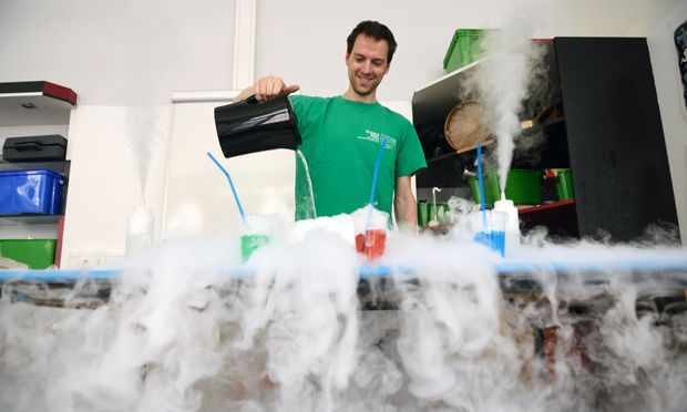 Science Pool Mitarbeiter Martin Pieler tritt bei Partys mit Experimenten auf.
