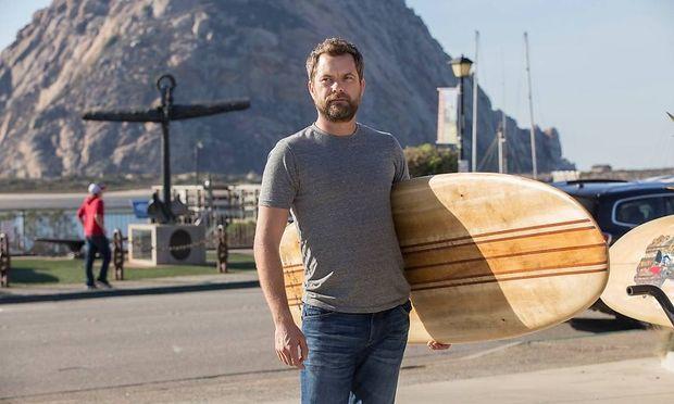 """Cole (Joshua Jackson) begibt sich in """"The Affair"""" mit Surfbrett auf Spurensuche."""