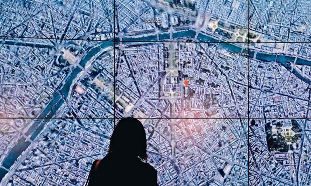Google Earth zeigt hier Paris von oben – bei einer Präsentation der neuen, verbesserten  App heuer im Whitney Museum of Art in New York.