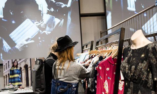 Frauen kaufen Kleidung ein
