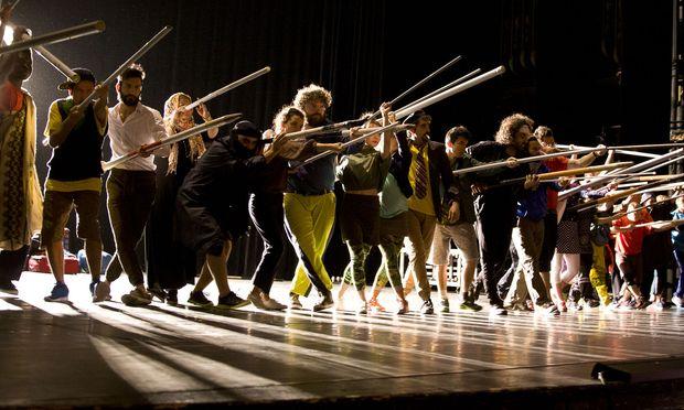 """Ein fulminantes Ensemble spielt das Musical """"Traiskirchen"""" im Volkstheater."""
