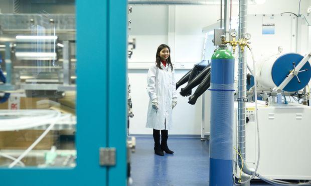 Die technische Chemikerin Arlavinda Rezqita kam über ein Erasmus-Programm nach Europa und macht nun in Wien Akkus stabiler und leichter.