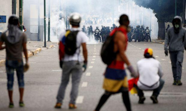Konfrontation zwischen Regierungseinheiten und Demonstranten in Caracas, die den Tränengasattacken trotzten. In der Hauptstadt Venezuelas zogen mehr als 100.000 Gegner des Präsidenten Nicolas Maduro durch die Straßen.