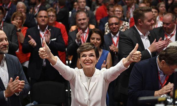 Pamela Rendi-Wagner versucht am Bundesparteirat in Wien positive Stimmung zu versprühen.