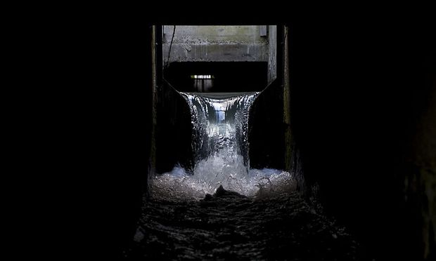 Die Quelle vielen Übels: Durch diesen Kanal geht am Borealis-Standort an der OMV-Raffinerie Plastik-Rohstoff in die Schwechat, und später in die Donau verloren.