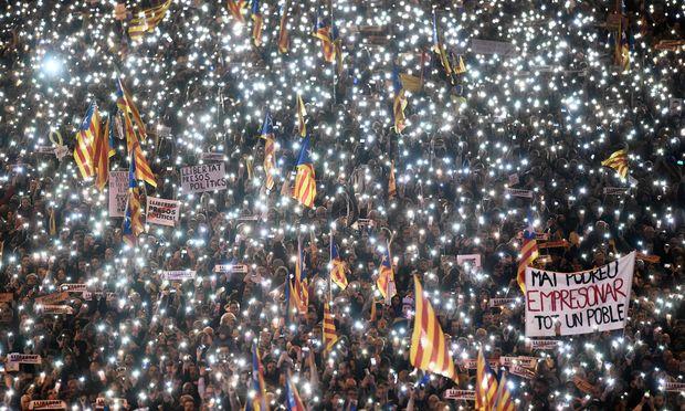 TOPSHOT-SPAIN-CATALONIA-DEMO-POLITICS