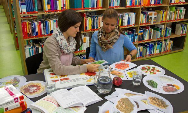 Studierende an der FH Gesundheit in Innsbruck bereiten Informationen zu Nährstoffen und Portionsgrößen auf.