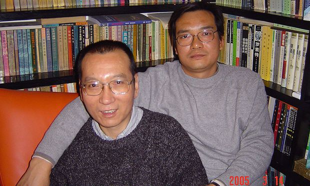 Liu Xiabo (links) ist ins Spital eingeliefert worden. / Bild: APA/AFP/LIU FAMILY/HANDOUT
