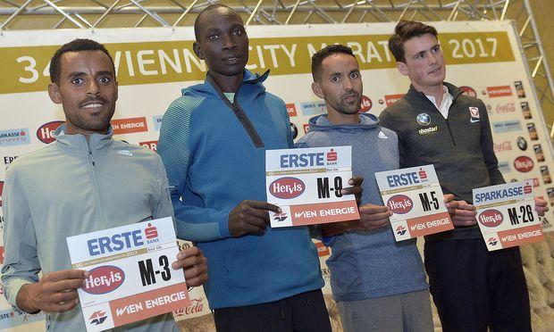 Deribe Robi (Ethiopien), Suleiman Simotwo (Kenia), Mustapha El Aziz (Marokko), Valentin Pfeil (Österreich) am Freitag bei der Pressekonferenz