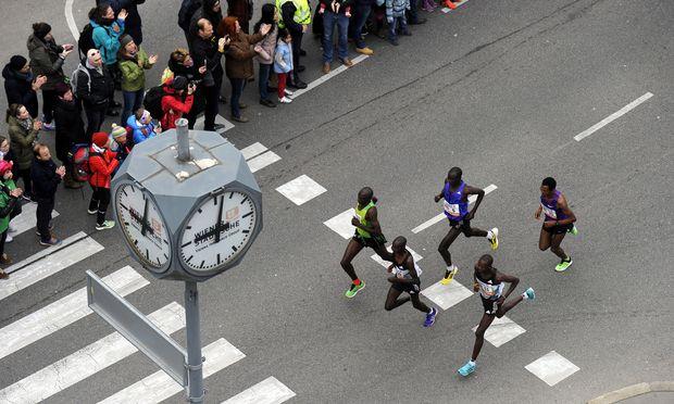 Archivbild: Die Spitzengruppe kurz nach dem Start des Wien-Marathons im Vorjahr.