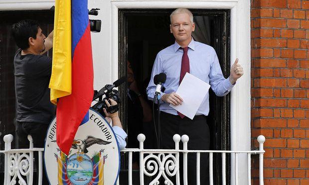 Julian Assange auf einem Balkon der Botschaft, anno 2012