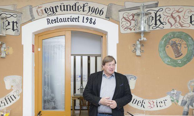 Herbert Zotti vor der alten Fassade des Bockkellers in Ottakring, in dem heute das Wiener Volksliedwerk untergebracht ist.
