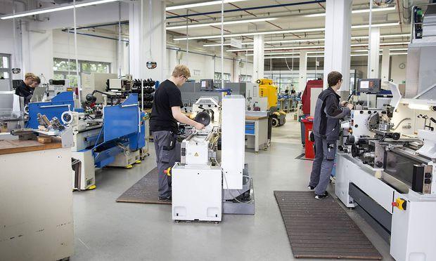 Ausbildung an einer Drehmaschine bei Hettich Holding GmbH & Co KG Moebelbeschlaghersteller mit 38