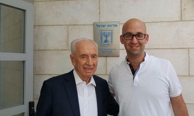 Drehte nicht nur Kerns Pizza-Video, sondern auch eines mit Israels verstorbenem Präsidenten Schimon Peres: Moshe Klughaft (re.).