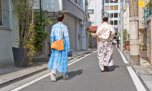 Straßentauglich. Zwei Besucher der Ausstellung ließen sich in österreichischer Mode fotografieren.