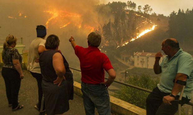 Ein Bild vom Sonntag - nach wie vor ist der Waldbrand in Portugal nicht unter Kontrolle.