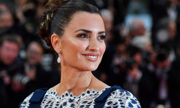 Penelope Cruz präsentierte in Cannes ihren neuen Film – und erzählte von ihrer innigen Freundschaft zu Regisseur Pedro Almodóvar.   / Bild: (c) APA/AFP/ALBERTO PIZZOLI (ALBERTO PIZZOLI)