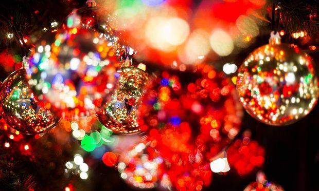 Christbaumkugeln am Weihnachtsbaum auf dem Weihnachtsmarkt Winterwelt vor dem Stage Theater am Potsd
