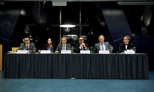 Die Diskutanten am Juridicum v. l. n. r.: Gernot Kanduth, Petra Leupold, Moderator Benedikt Kommenda, Paul Oberhammer, Rupert Wolff und Artur Schuschnigg.