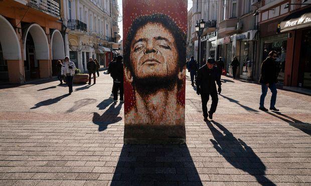 """Lou Reed auf einem Stück Berliner Mauer mitten in Plovdiv: Die Ausstellung """"Art Liberty"""" kann mitten in der Stadt besichtigt werden."""