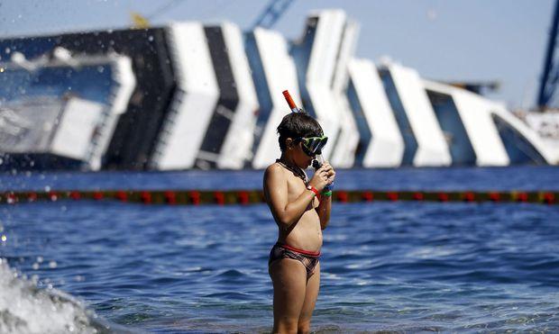 Giglio, Sommer 2012, im Hintergrund das seitlich liegende Schiff. Es wurde 2014 abgeschleppt.