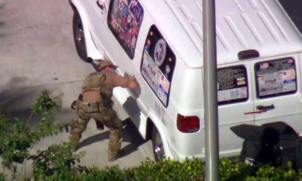 Der weiße Lieferwagen des Verdächtigen - beklebt mit eindeutigen Parolen