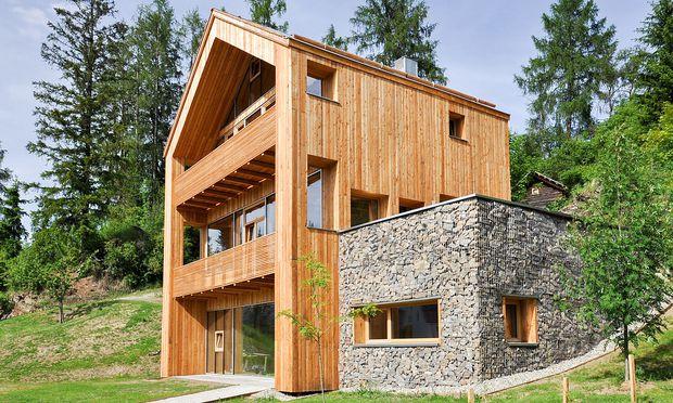 Außen Holz und Stein, innen Beton und Stroh.
