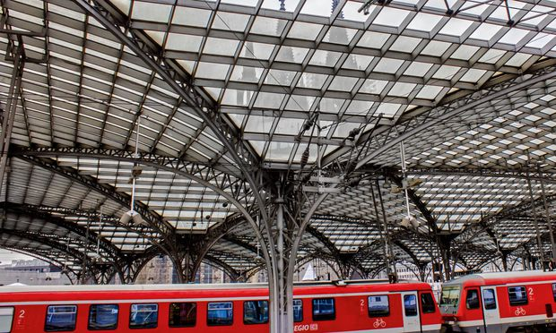 Hauptbahnhof. Durch das Glasdach blickt der weltberühmte Kölner Dom.