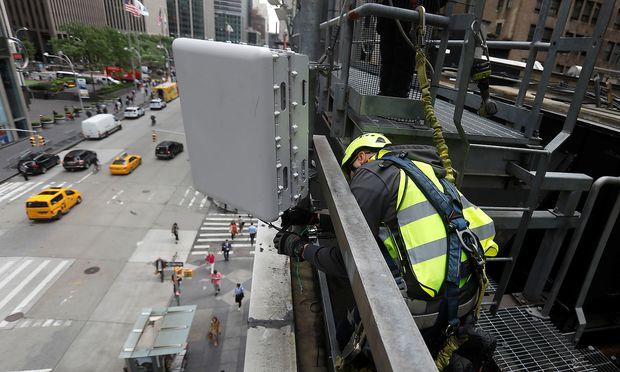 Zur flächendeckenden Versorgung mit 5G sind nicht mehr Antennen nötig, sondern Mobilfunkanlagen in Größe eines Routers.