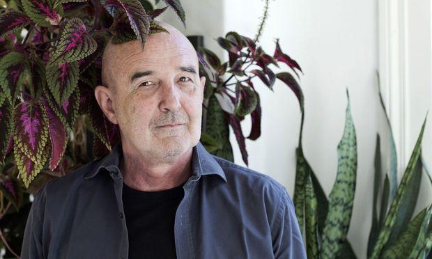 Stefan Sterzinger, daheim mit lila Pflanze statt lila Zottelschal.