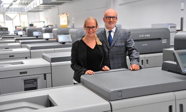 Marlene Kittel mit Vater Bernhard Kittel bei den Digitaldruckmaschinen. Happy Foto macht 25 Millionen Euro Umsatz.