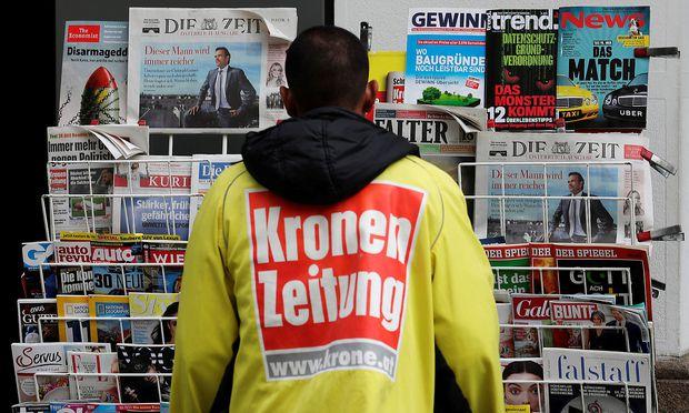 """Archivbild: Ein Kolporteur der """"Kronen Zeitung"""""""