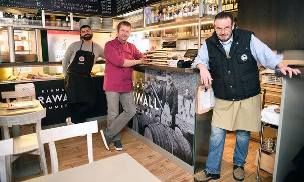 Barleiter Adriano Iovene (v. l.), Küchenchef Markus Leitgeb und Sommelier Alexander Herbei in der neuen Weinbar Krawall am Naschmarkt.