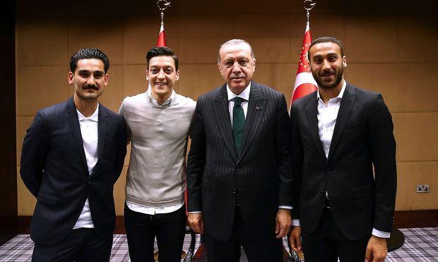 Der türkische Präsident mit den deutschen Fußballspielern Gündogan (ganz links) und  Özil (zweiter von links).