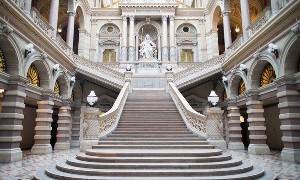 Blick auf die Stiege mit der Statue der Justitia im Justizpalast, Sitz des Obersten Gerichtshofs und des Oberlandesgerichts Wien