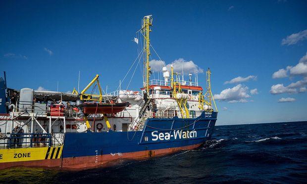 Migranten warten auf einem Schiff der NGO Sea Watch auf Einlass in die EU.