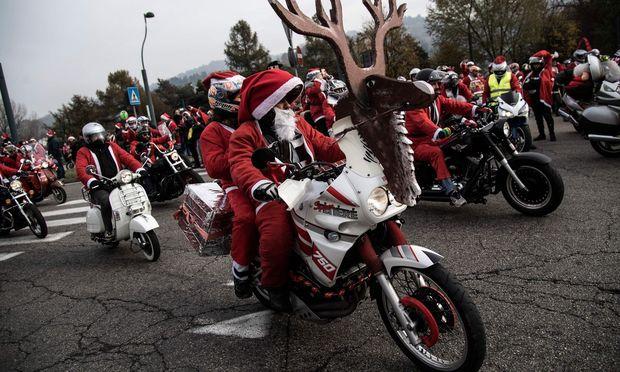 Weihnachtsmänner in Turin.