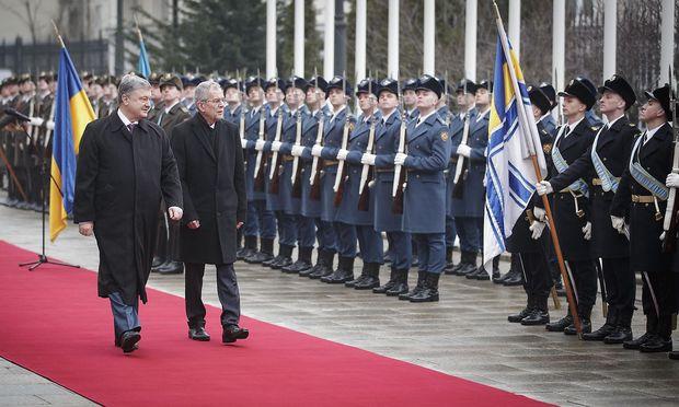 Van der Bellen (re.) mit dem ukrainischen Präsidenten Poroschenko in Kiew