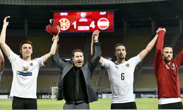 Teamchef Franco Foda (2. v. l.) jubelte in Skopje mit seinen Spielern, dank der zwei Siege ist die EM 2020 für die ÖFB-Auswahl wieder in Reichweite.