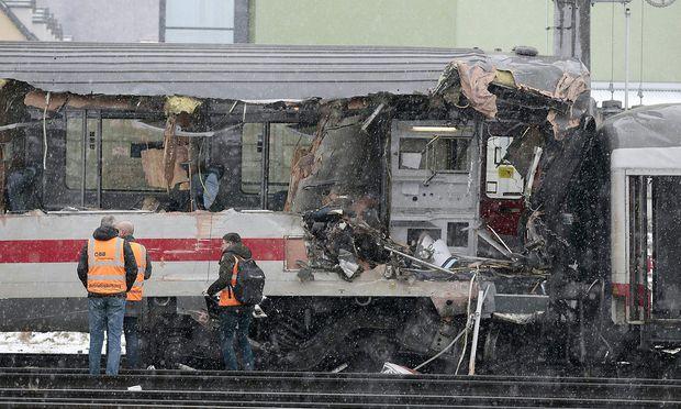 Ein Waggon des deutschen Zuges wurde bei dem Unglück an der Seite aufgerissen.
