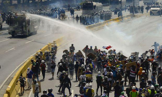 Anhaltende Kämpfe zwischen Sicherheitskräften und Demonstranten in Venezuela