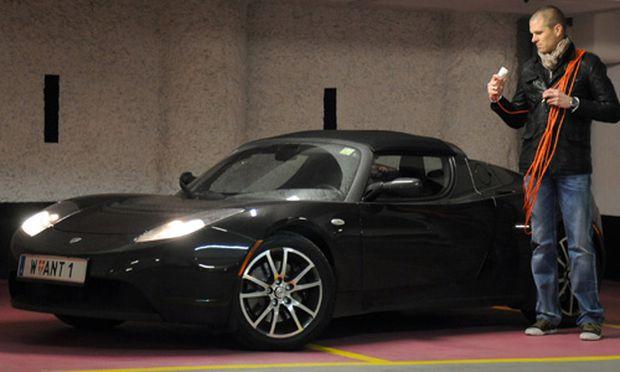 Christoph Haase und sein Tesla Roadster