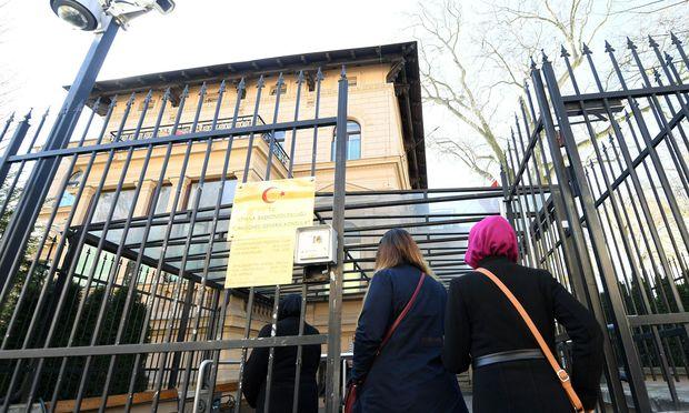 Das türkische Konsulat bestätigt mitunter, dass Betroffene keine Türken seien.