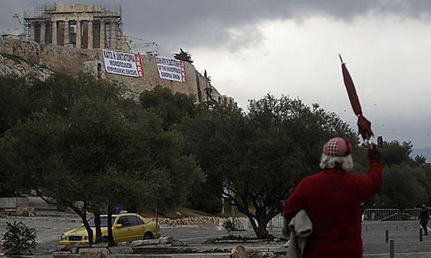 Auf der Akropolis prangern Plakate der Kommunisten.