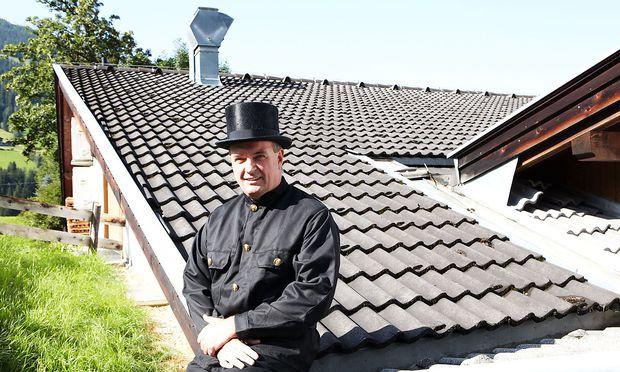Martin Stiefmüller in seinem natürlichen Lebensraum: auf dem Dach eines Alpbacher Hauses.