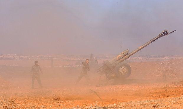 Syrische Artillerie (122-mm-Haubitze russischer Bauart) bei Al-Bab