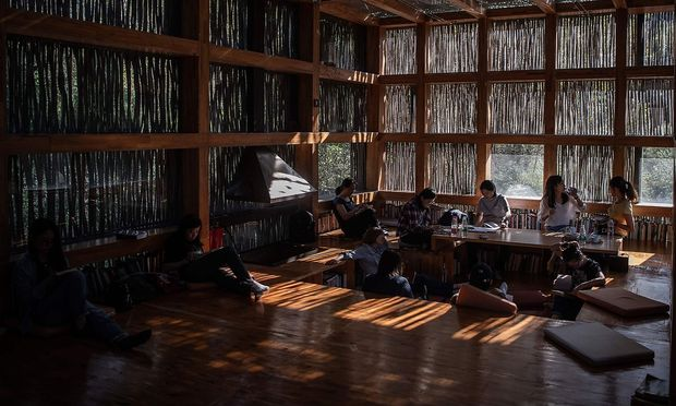 Studenten in einer Bibliothek.